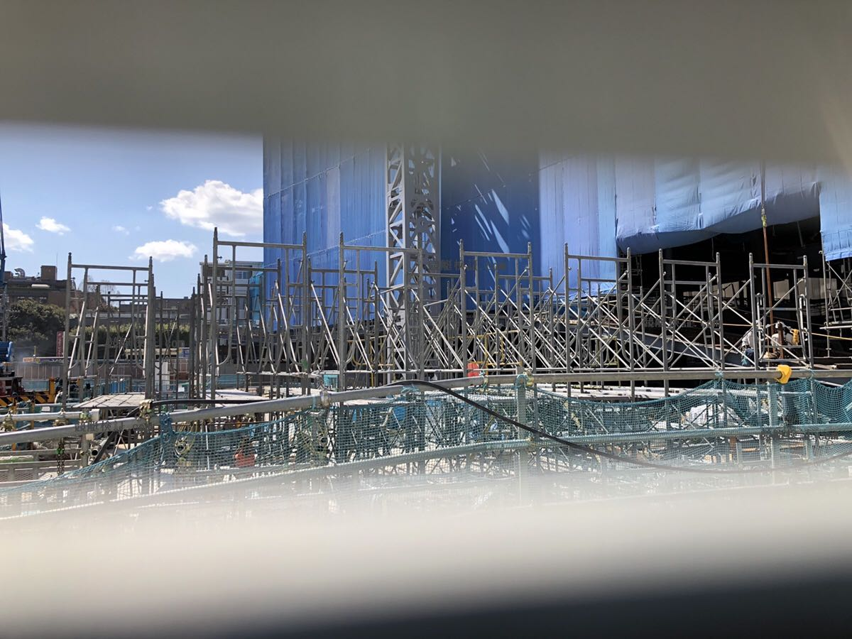 六本木のボートレース振興会の本社ビルを2019年3月8日に隙間から覗く