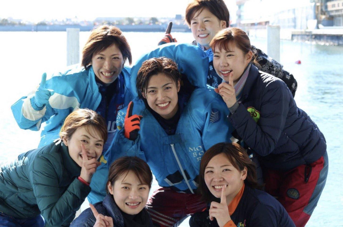 森下愛梨 競艇選手が仲間に囲まれて水神祭記念