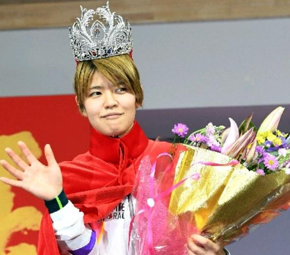 遠藤エミ競艇選手が手にしたQC優勝ティアラが合成写真みたいw