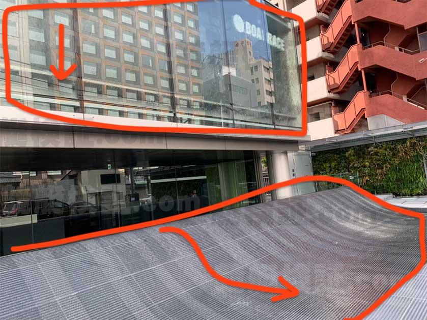 六本木のボートレース振興会ビルの窓ガラスの滝_20200218